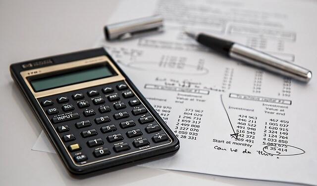 電卓と計算用紙