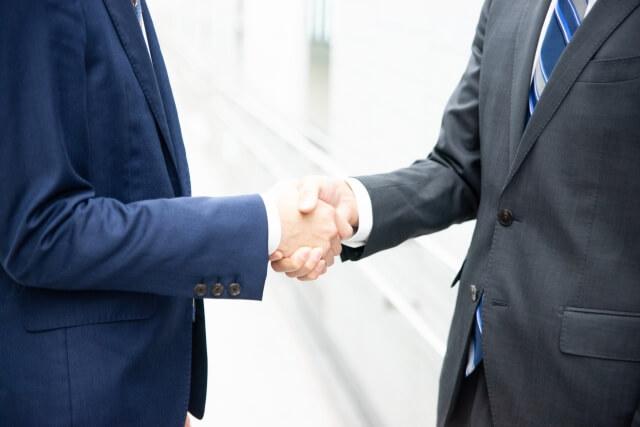 ビジネスマン同志の握手