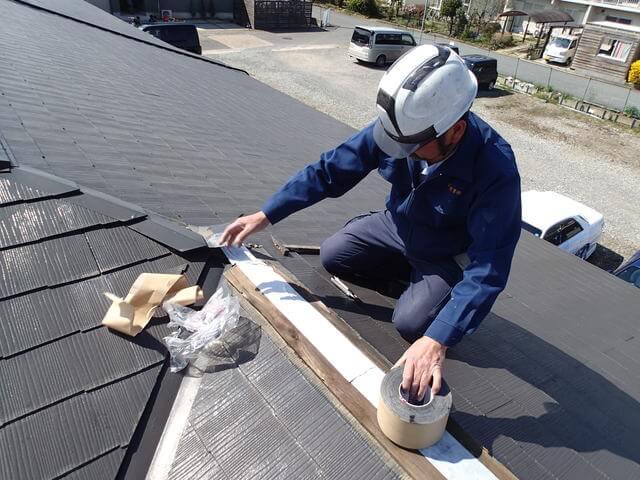 屋根の修理に当たる工事の様子